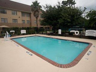 Free Breakfast +  Outdoor Pool + Hot Tub | Modern Suite