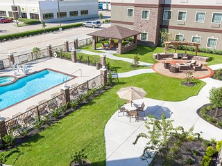 Modern Suite   Fitness Center + Outdoor Pool + Hot Tub