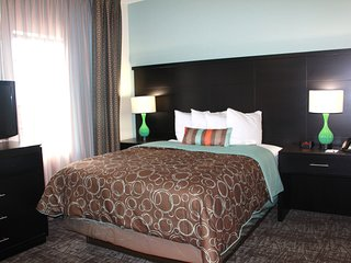 Free Breakfast Buffet + Hot Tub + Outdoor Pool   Comfy Suite
