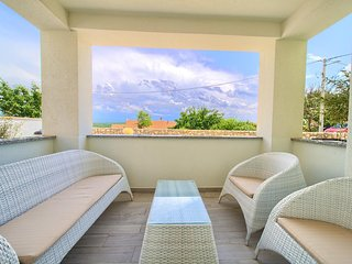 Salatic Apartment Sleeps 6 with Pool Air Con and WiFi - 5821667