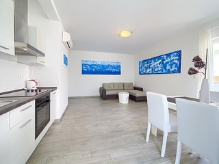 Salatic Apartment Sleeps 4 with Pool Air Con and WiFi - 5821670