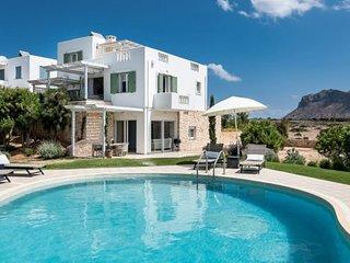 Luxury Villa con giardino e piscina privata, situata a 150m dal mare.
