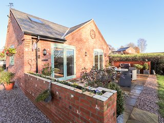 WELL VIEW COTTAGE, characterful interior, open-plan, rural views, Ref. 970303