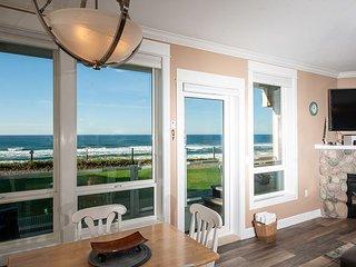 Pacific Escape - Corner Oceanfront Condo, Private Hot Tub, Indoor Pool, Wifi!
