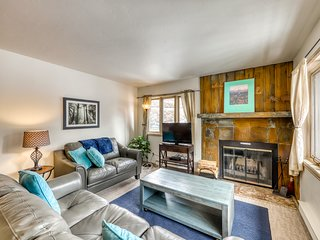 Mountain view Vail-Valley condo w/private washer/dryer, balcony & shared hot tub