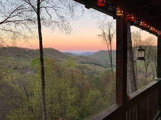 Peaceful Maggie Valley Cabin w/Panoramic Mtn Views