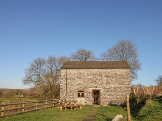 COLUMBINE BARN, open plan layout, family bedrooms, countryside views, in