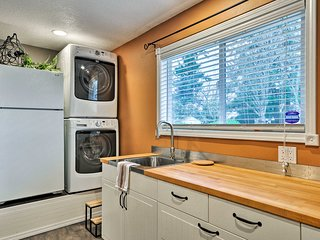 NEW! Secluded PDX Area Townhome 1/2 Way to Mt. Hood!
