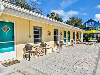 Just steps from the Beach! Newly refreshed beach studio w/ a full kitchen!