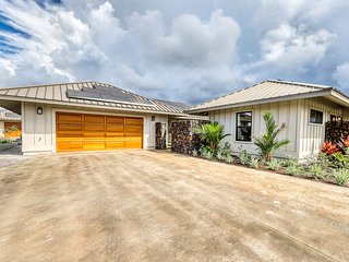Brand new mountain view home w/ outdoor shower, lots light - close to beach!