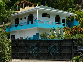 Beautiful Casa Dragonfly, Private estate, Excellent location, across from beach