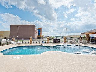 Hearing Accessible Suite with Daily Complimentary Breakfast! Pool Access