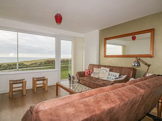SPINDRIFT, pet-friendly, opposite the beach, parking, Porth near Newquay, Ref