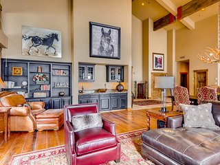 Stunning & sleek Deer Valley ski-in/ski-out penthouse with hot tub!