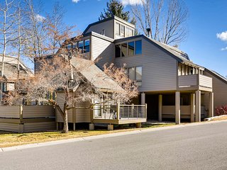 Cheerful condo w/ loft, private hot tub, mountain views - across from ski access