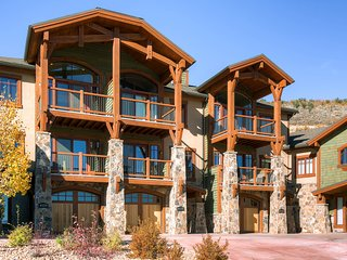 Luxury Canyons townhome w/ private hot tub, great view & shuttle access!