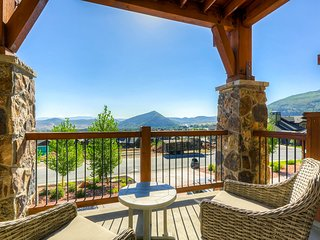 Luxury Canyons townhome w/ private hot tub & amazing mountain view!