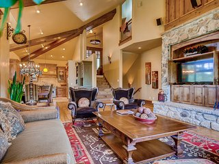 Mountain home w/ private hot tub, pool table & incredible views!