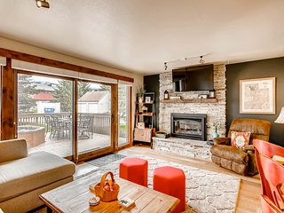 Cheery townhome in Park City w/ a large, furnished deck & private hot tub!