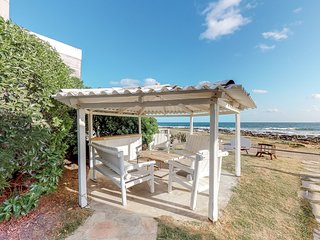 Marvelous oceanfront retreat w/beach views and access, firepit - Dogs ok!