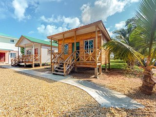 Cozy cabana outside of Dangriga - quiet, secure w/ free wifi and TV