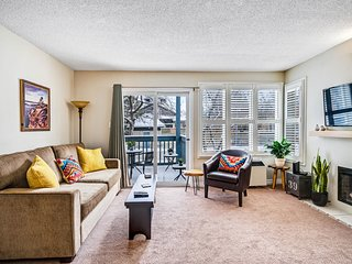 Well-located condo w/ shared pool/hot tub - steps to a ski lift!
