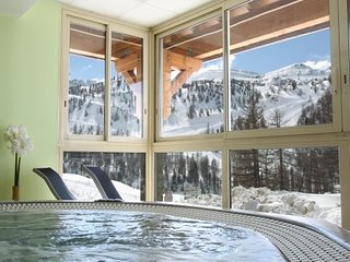Appartement Confortable pres des Pistes | Piscine, Yoga, Ski + Plus!