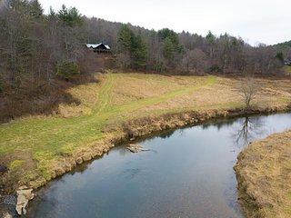 New River Lodge-Riverfront, Large cabin, WIFI, River Tubes, Wood burning Firepla