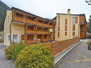 2 bedroom Apartment with Walk to Shops - 5821640