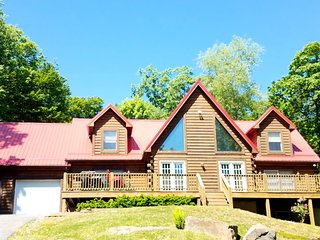 Blarney Stone Manor - perched on a hill, minutes to Deep Creek Resort