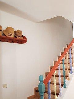 Escalera de acceso a las habitaciones y el baño