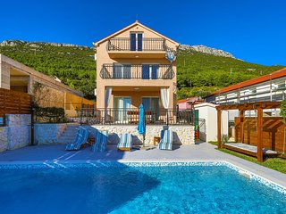 Stunning home in Kastel Stari w/ WiFi and 3 Bedrooms (CDF952)