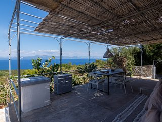 Intimate and Secluded one-bedrrom cottage with Premium Sea Views, Antipaxos