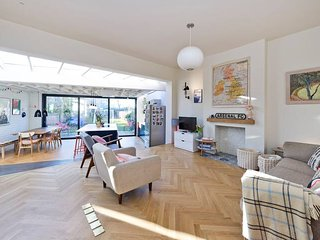 Modern, Bright 5-Bed Family Home in Acton