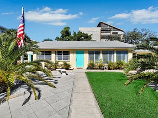 Beach studio w/ a full kitchen! Newly remodeled & just steps from the Ocean!