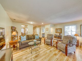 Spacious & dog-friendly condo w/ golf course view, shared pool and tennis court!