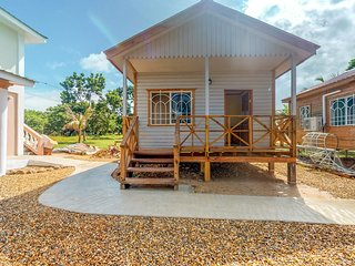 Charming cabana with gated entrance, breakfast, parking, veranda and free wifi!