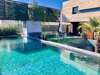 Stunning Design villa, Mountain & sea views...WIFI