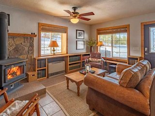 Skyrocket Ranch Chalet! Private Hot Tub- On 36 Acres- Fireplace- 5 Minutes to Do