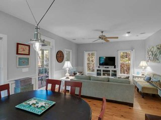 Charming Beach Cottage-Community Pool-Minutes from Shopping and Dining!!