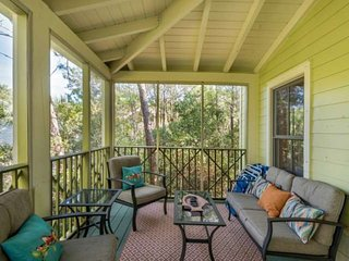 Pet Friendly! Charming Beach Cottage-Community Pool-Minutes from Shopping and Di