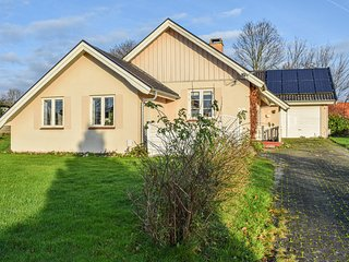 Stunning home in Dronningmølle w/ Outdoor swimming pool and 3 Bedrooms (E03235)