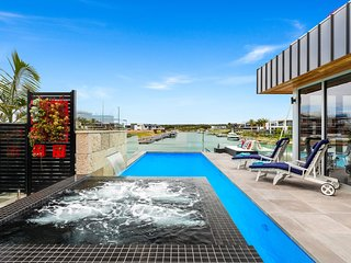 Holiday Shacks - Seapoint Villa - Luxury Waterfront Family Retreat with pool and