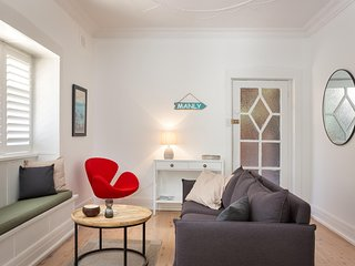 Renovated Art Deco Apartment Steps from Beach