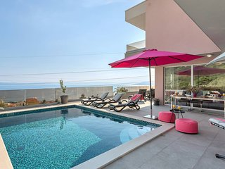 Villa Astra W/ Heated Pool & Sea View