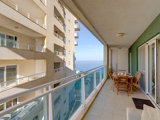 Luxury Apt w/ Side Seaviews and Pool, Top Location