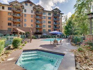 Comfortable luxury condo w/ jetted tub & shared pool/hot tub - steps to downtown