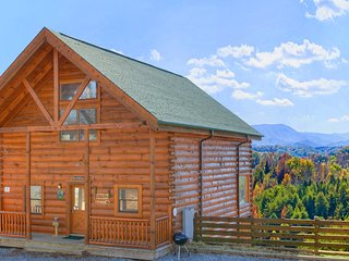 Log home w/ amazing 180-degree view, private hot tub & shared pool!