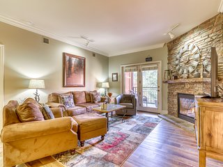 Gorgeous condo w/ jetted tub, fireplace & shared hot tub/pool - right downtown!