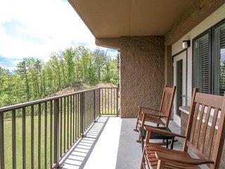 Serene condo w/ a private balcony & views! Quick access to top attractions!